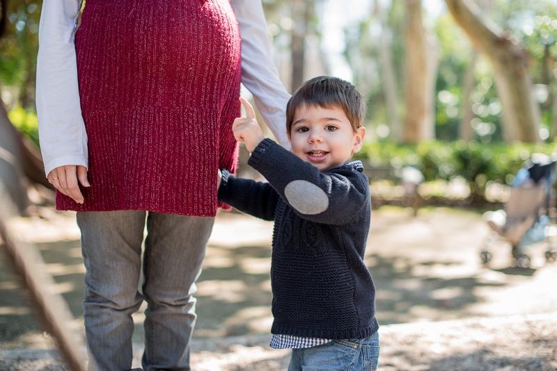 Fotografía de madre embarazada e hijo pequeño en Sevilla