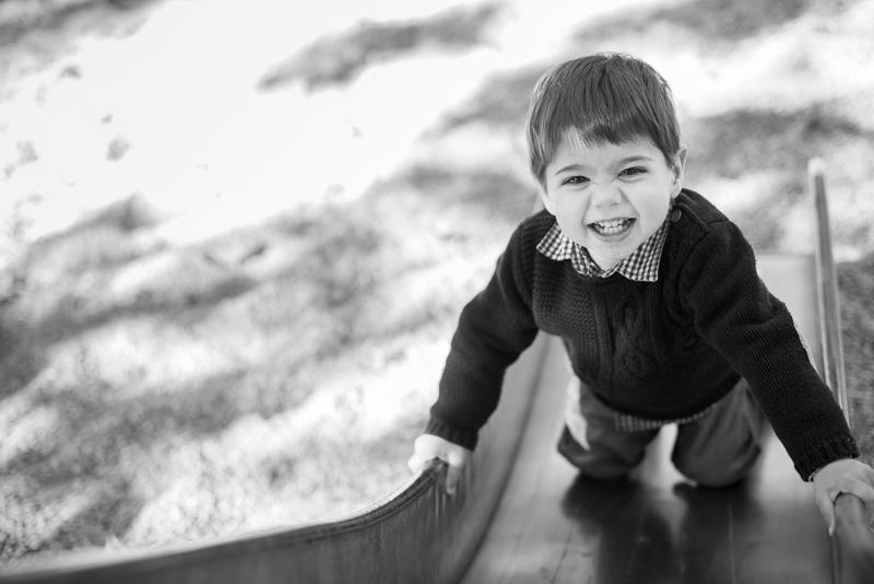 Niño en sesión fotográfica creativa en el parque