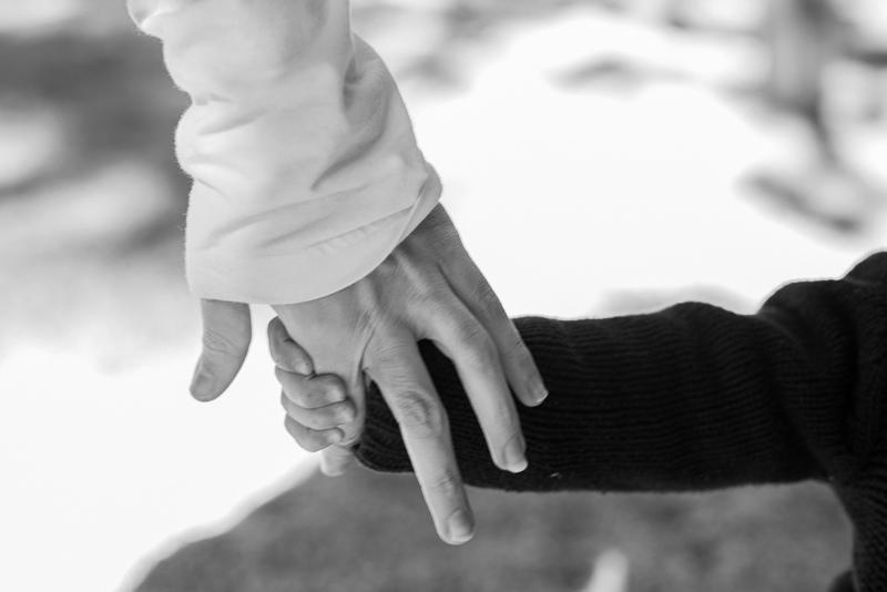 Fotografía de madre e hijo cogiéndose de la mano