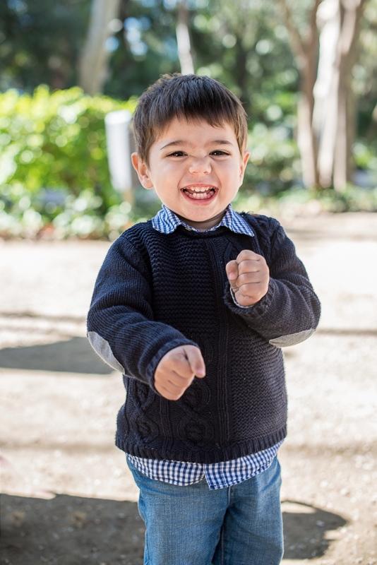 Niño riendo en sesión fotográfica de familia en Sevilla