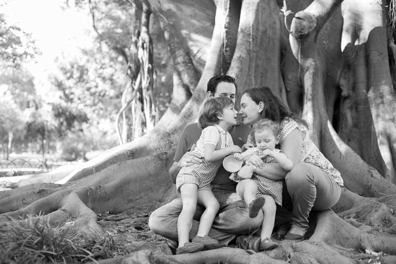 Padres e hijos jugando en el parque fotografía en blanco y negro