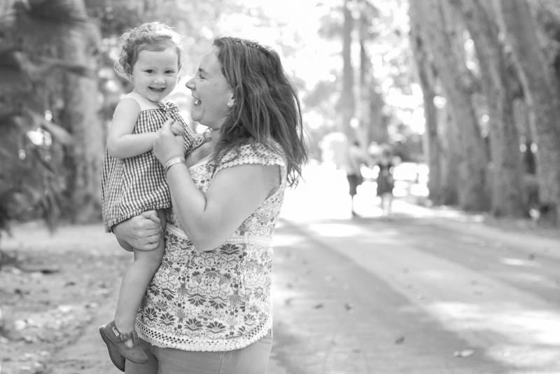 Madre e hija en una foto en blanco y negro en Marbella