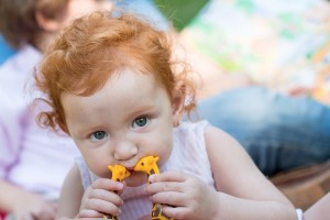 Impresionante fotografía de mirada de niña con juguetes