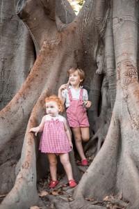 Fotografía de niños en el tronco de un árbol