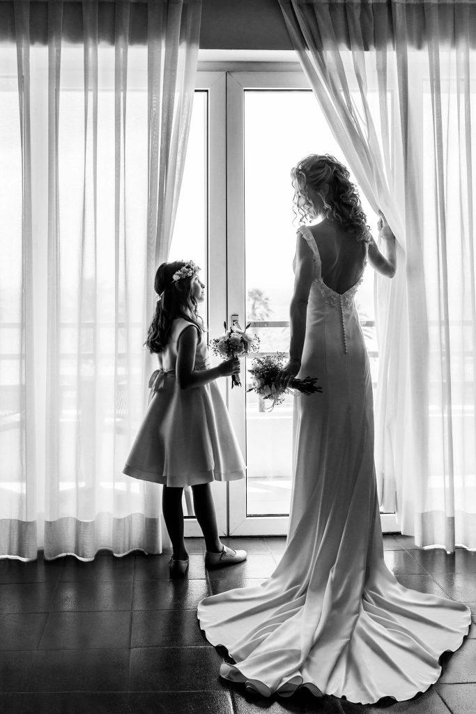 Fotografía de boda en Ceuta con madre e hija elegantes en el Parador de Ceuta