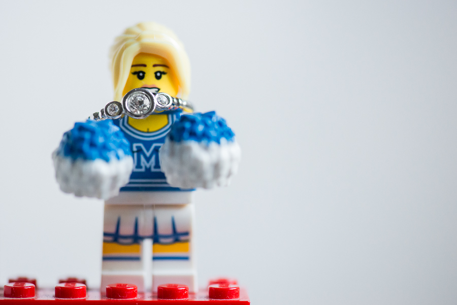 Fotografía de anillo de compromiso con juguete de Lego