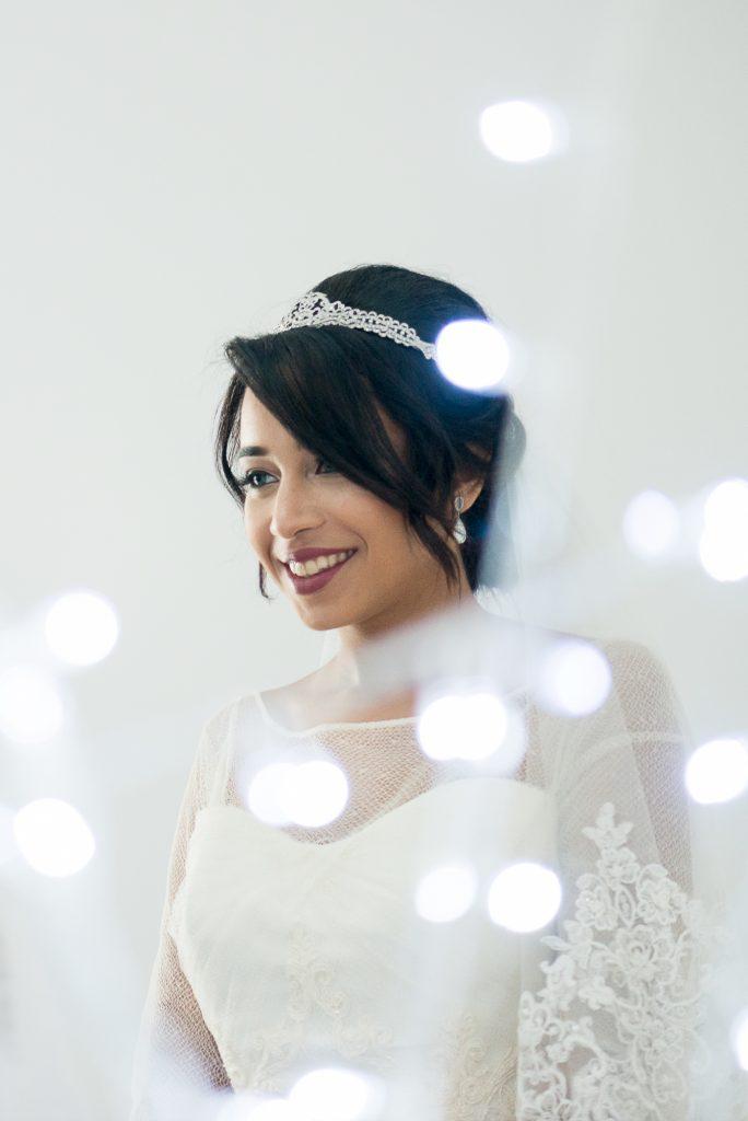 Novia de blanco elegante y artística con fotógrafa de Ceuta