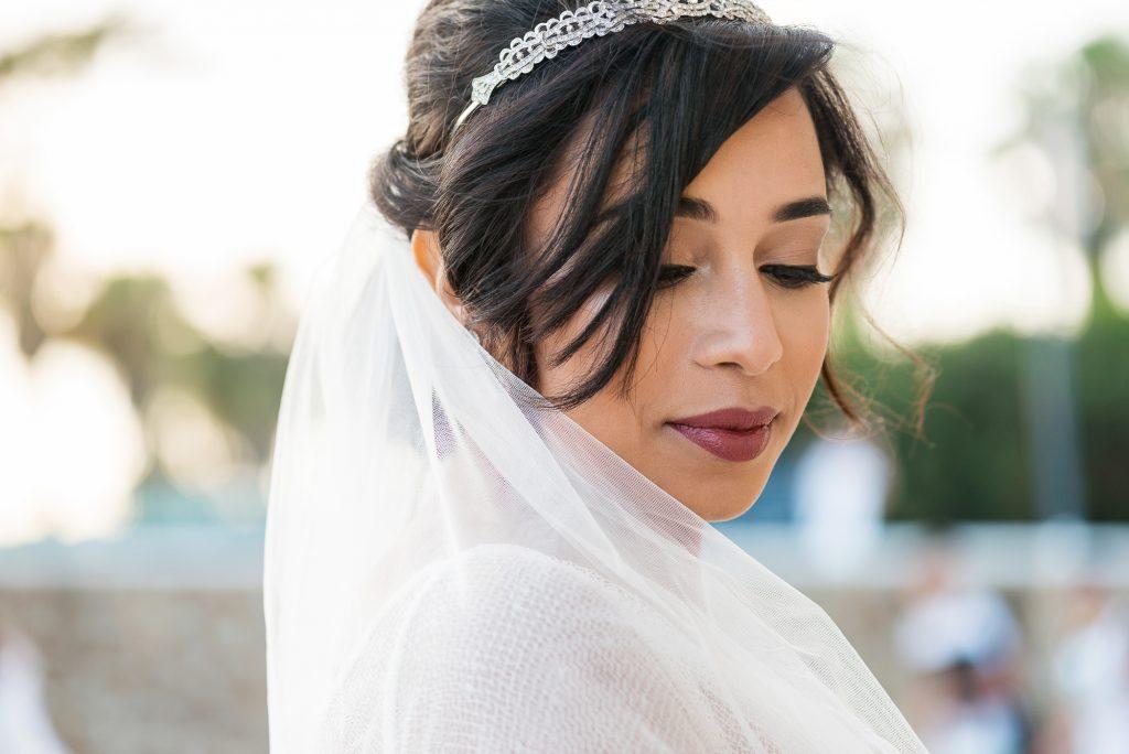 Novia de blanco elegante y artística con fotógrafa de bodas de Ceuta