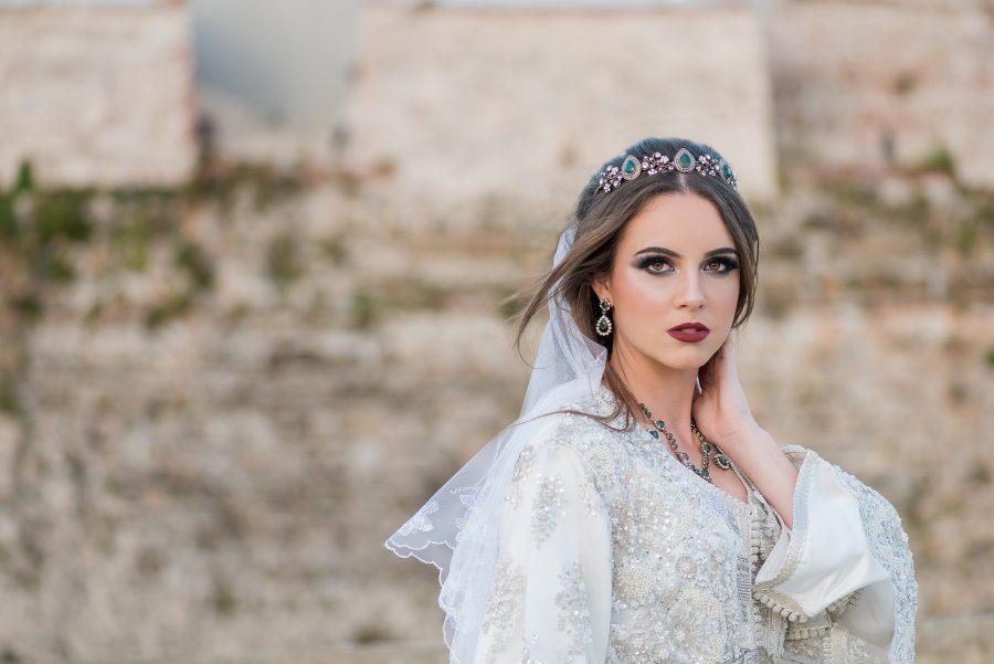 Fotografía de novia musulmana con caftán blanco en las murallas de Ceuta