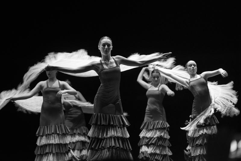 Actuación de bailaoras de flamenco con mantón en Algeciras