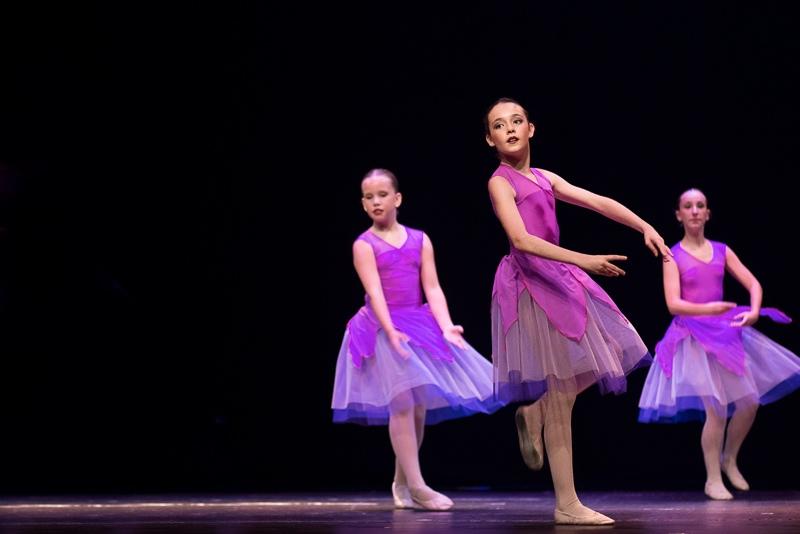 Baile de alumnos de danza en el teatro Florida de Algeciras