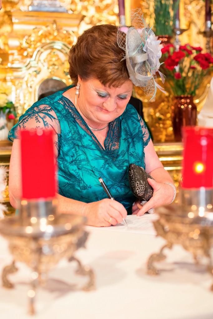 Firma del acta de matrimonio en iglesia de Ceuta