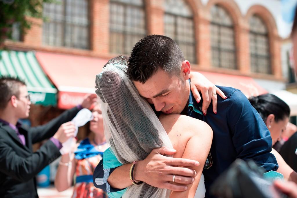 Novia e invitado emocionados tras la boda religiosa en Ceuta