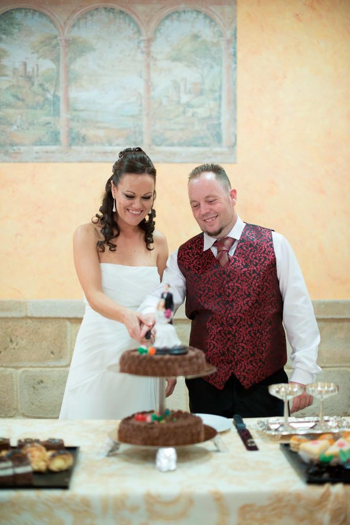 Cortar la tarta de chocolate en la boda