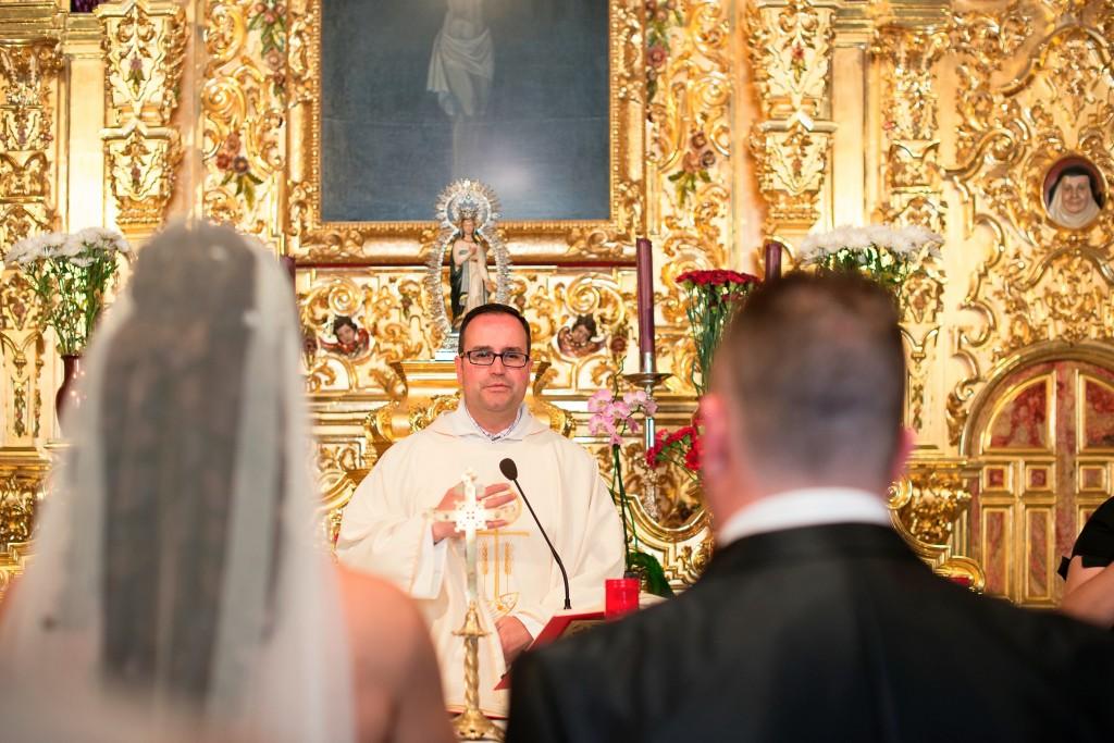 Párroco en ceremonia de boda religiosa en Algeciras