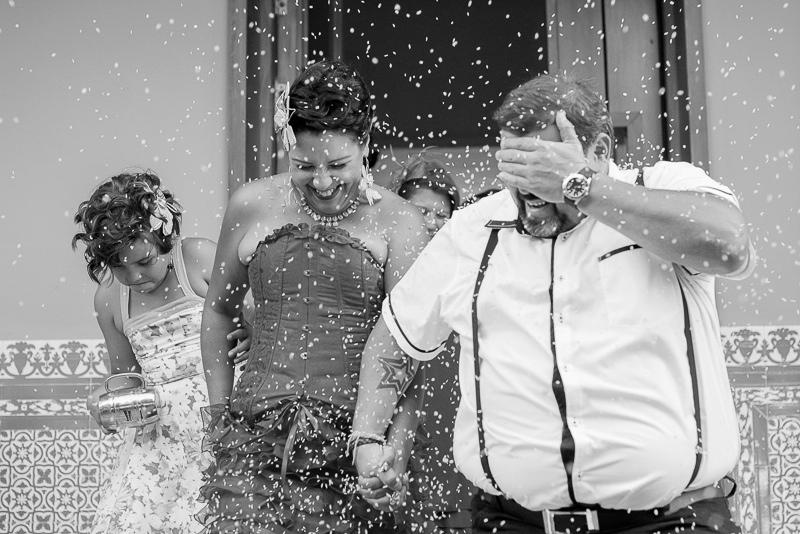 Salida de los novios de boda civil