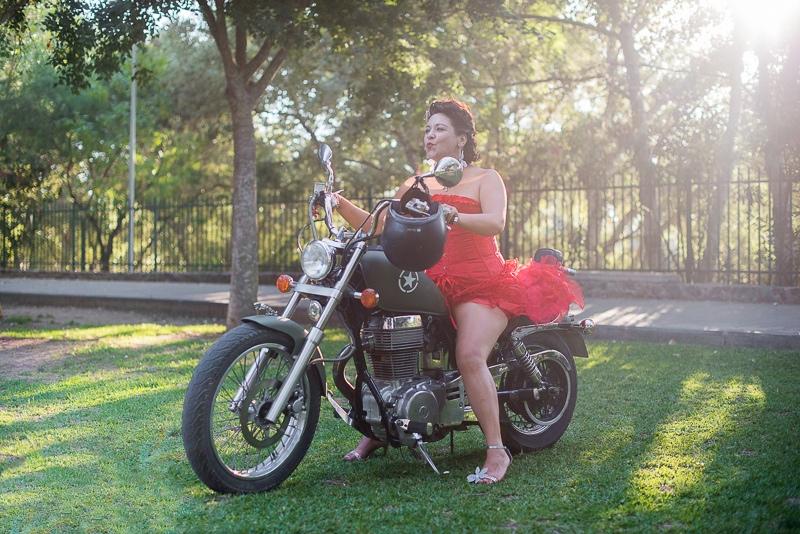 Novia de rojo en moto custom