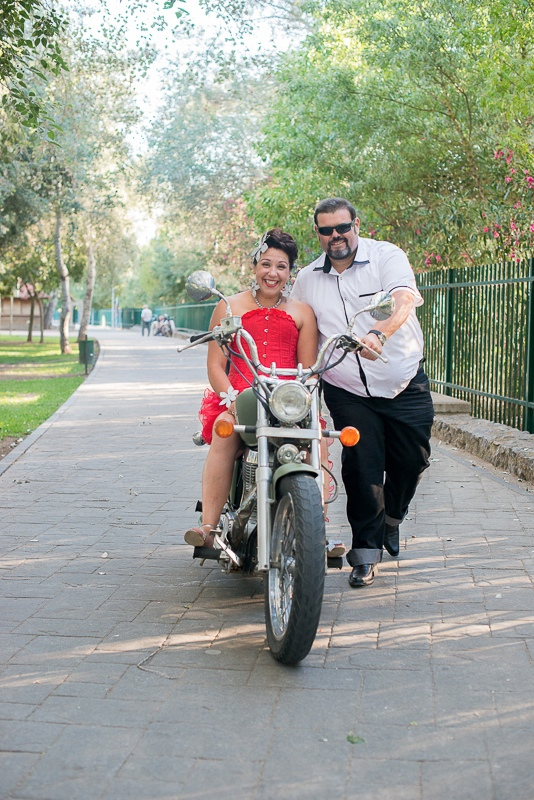 novios estilo grease sobre moto