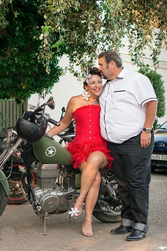 Fotografía de pareja de novios en moto