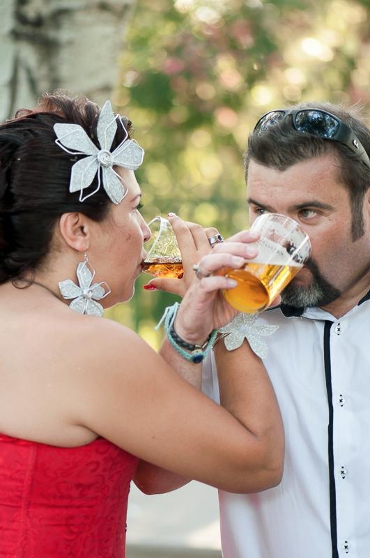 Marido y mujer brindando con cerveza