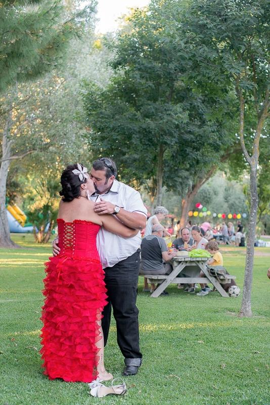 Beso de novios rockabilly en el parque