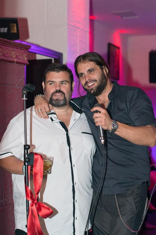 Novio y padrino en el baile de la boda con karaoke