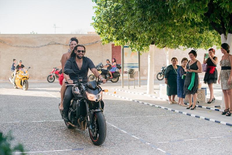 Llegada de la novia en moto