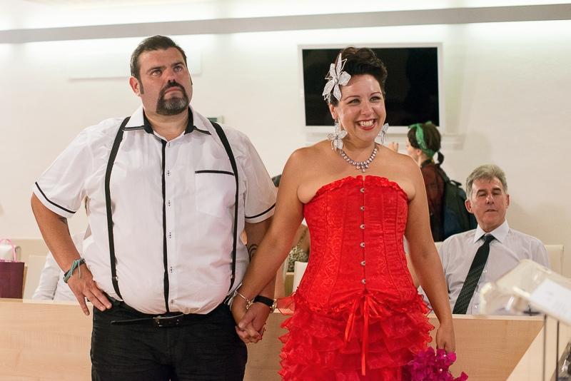 novios Grease emocionados en la boda