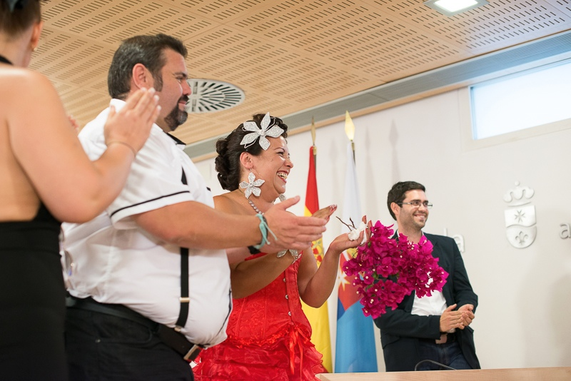 Novios emocionados en boda motera
