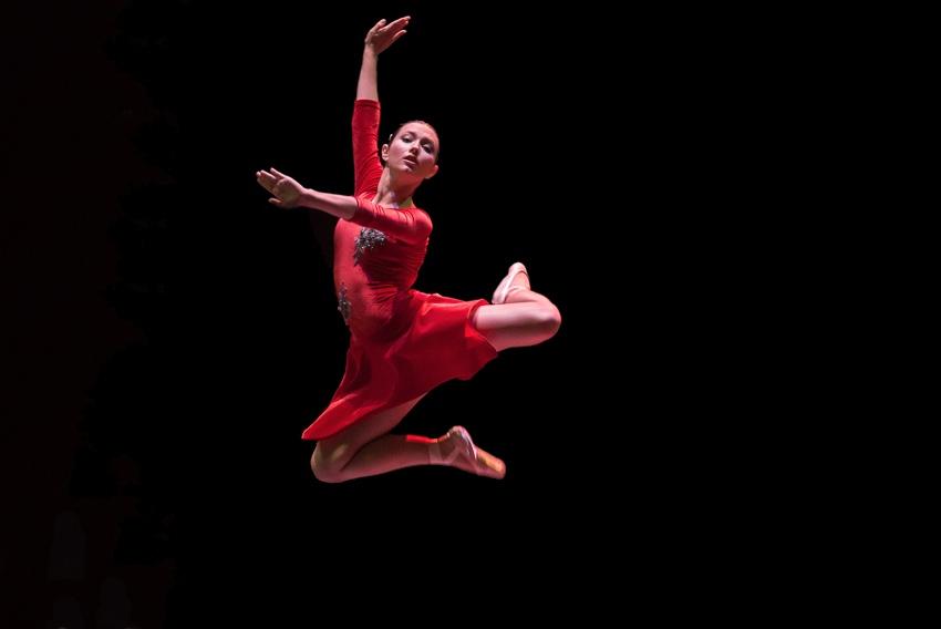 Salto de danza de bailarina de ballet
