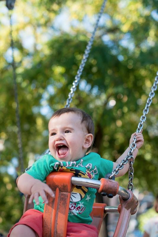 Niño en el columpio sonriendo