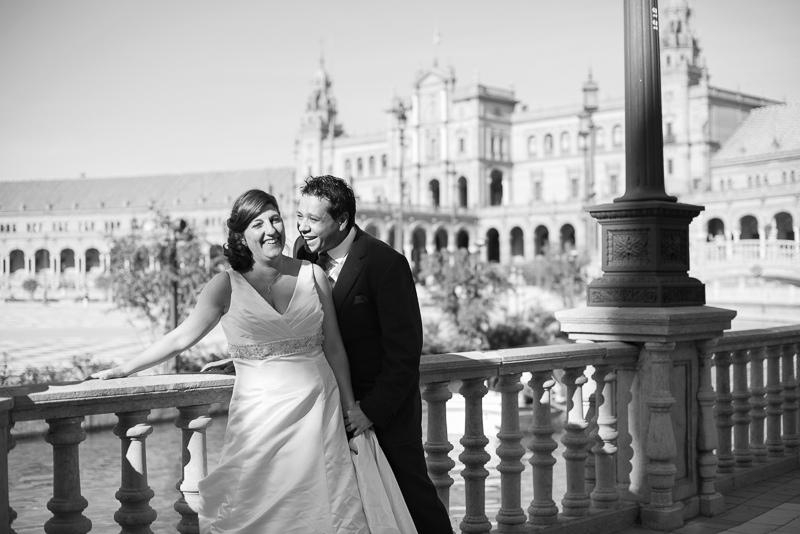 Postboda divertido y elegante en la Plaza de España de Sevilla