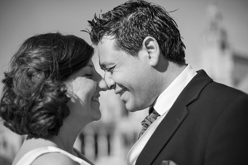 Gesto cómplice entre marido y mujer en Ceuta