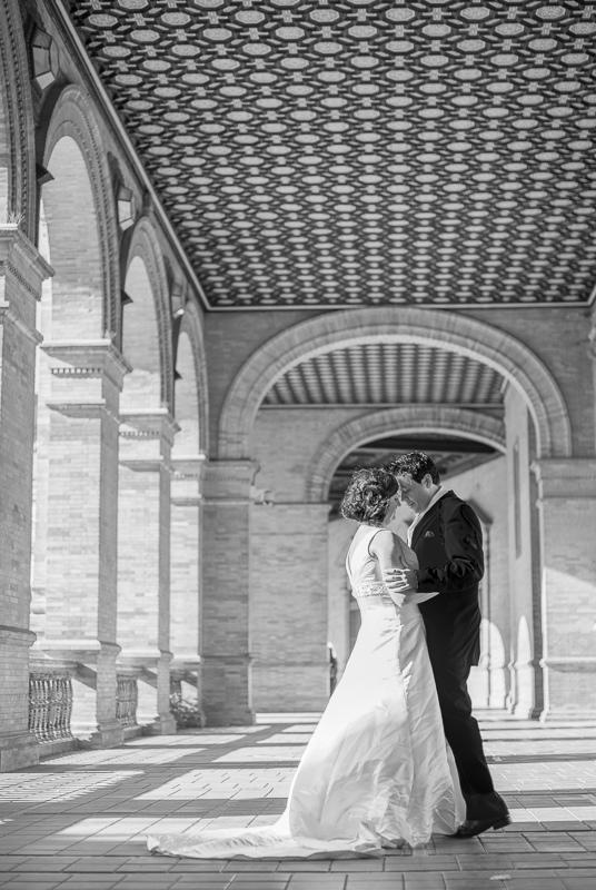 Fotografía de novios en postboda elegante, romántico y creativo en Sevilla