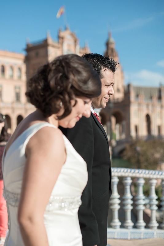 Fotografía de novios con estilo de fotoperiodismo de boda en Ceuta