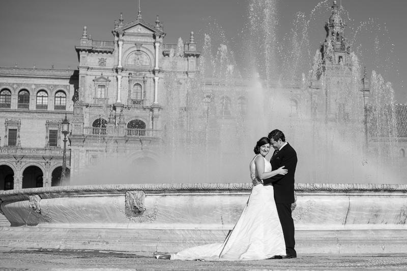 Fotografía de boda espectacular y diferente en la plaza de españa de sevilla