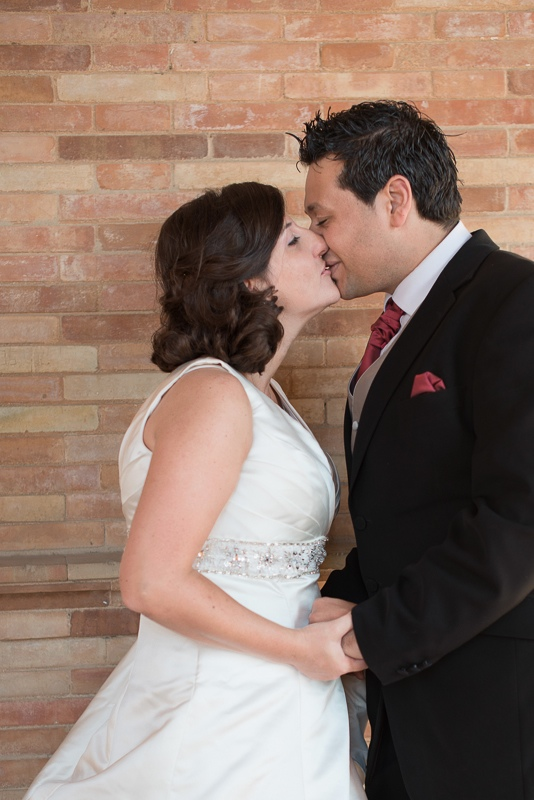 Beso de los novios con estilo de fotoperiodismo en sesión postboda