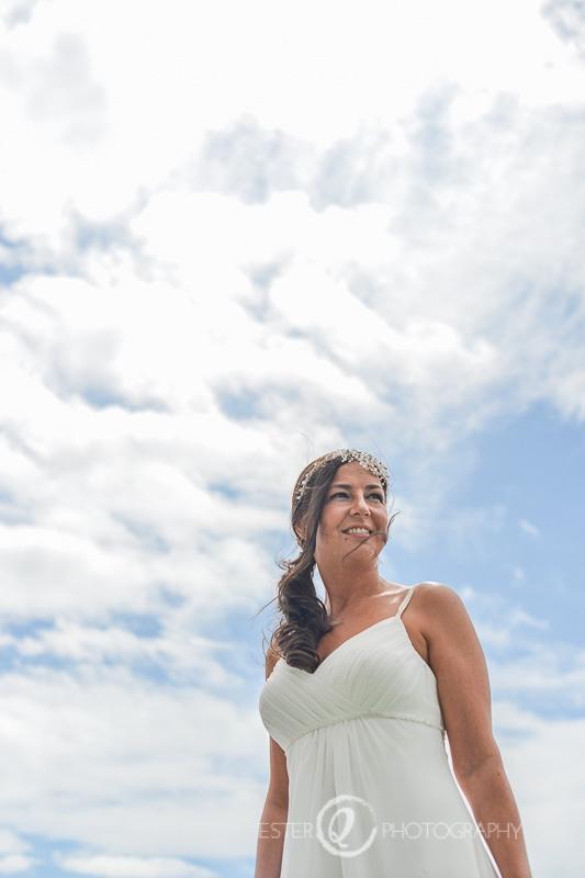 Fotografía de novia antes de la ceremonia religiosa con vestido blanco sencillo
