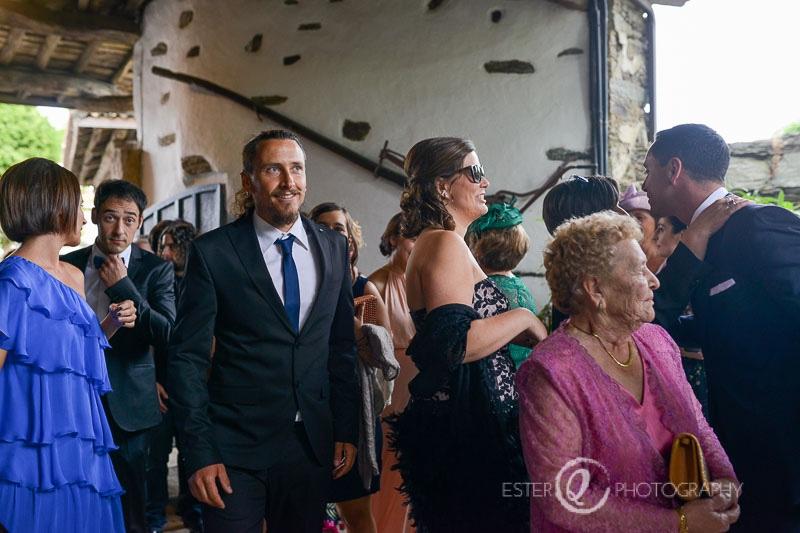 Invitados de boda en en el azo de Santa Cruz de Oza