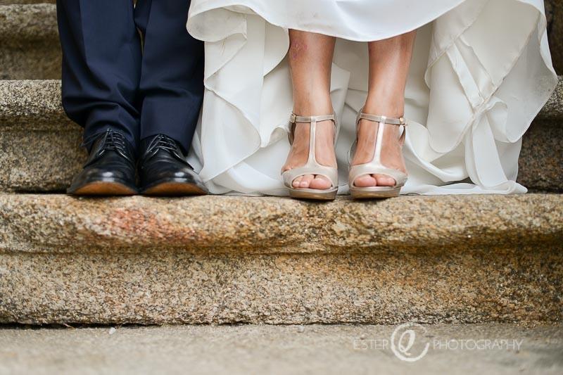 Fotografía artística de boda con zapatos de novia