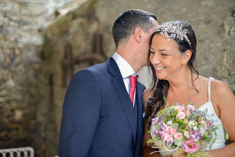 Pareja de novios en sesión de fotografía de boda emotiva y natural