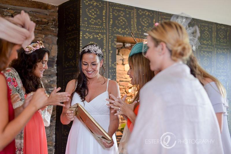 Novia con sus amigas durante boda en Algeciras