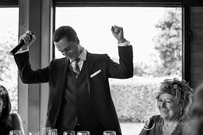 Novio emocionado durante banquete de boda en Algeciras