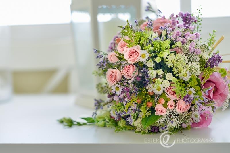 Ramo de novia con flores silvestres y tonos pastel