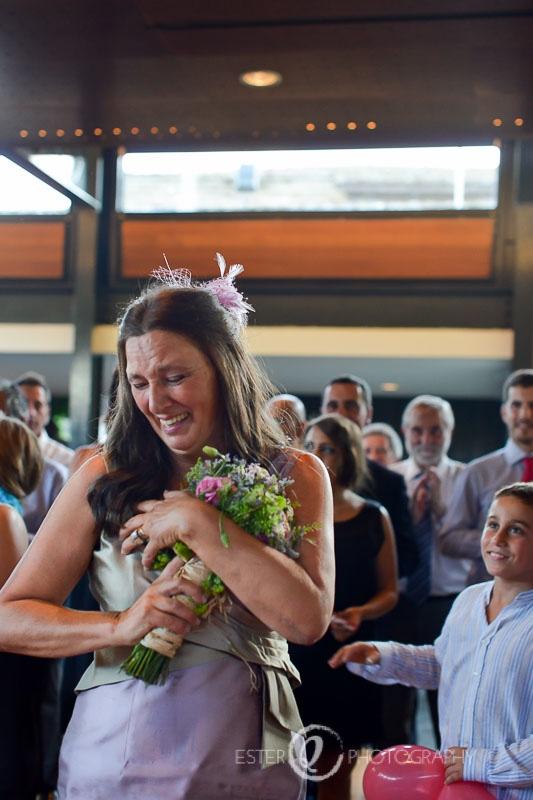 Madrina de boda recibe ramo de novia