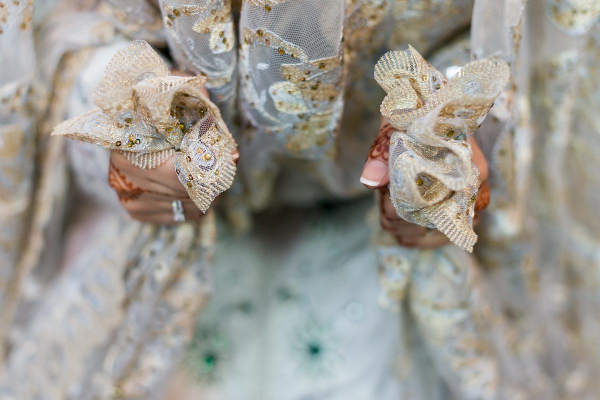 Salida de novia musulmana con velo en las manos