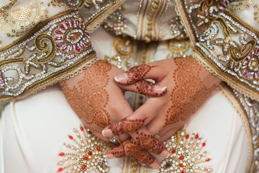 Manos de henna de novia con segundo traje en boda musulmana en Sarao Jardines de Ceuta