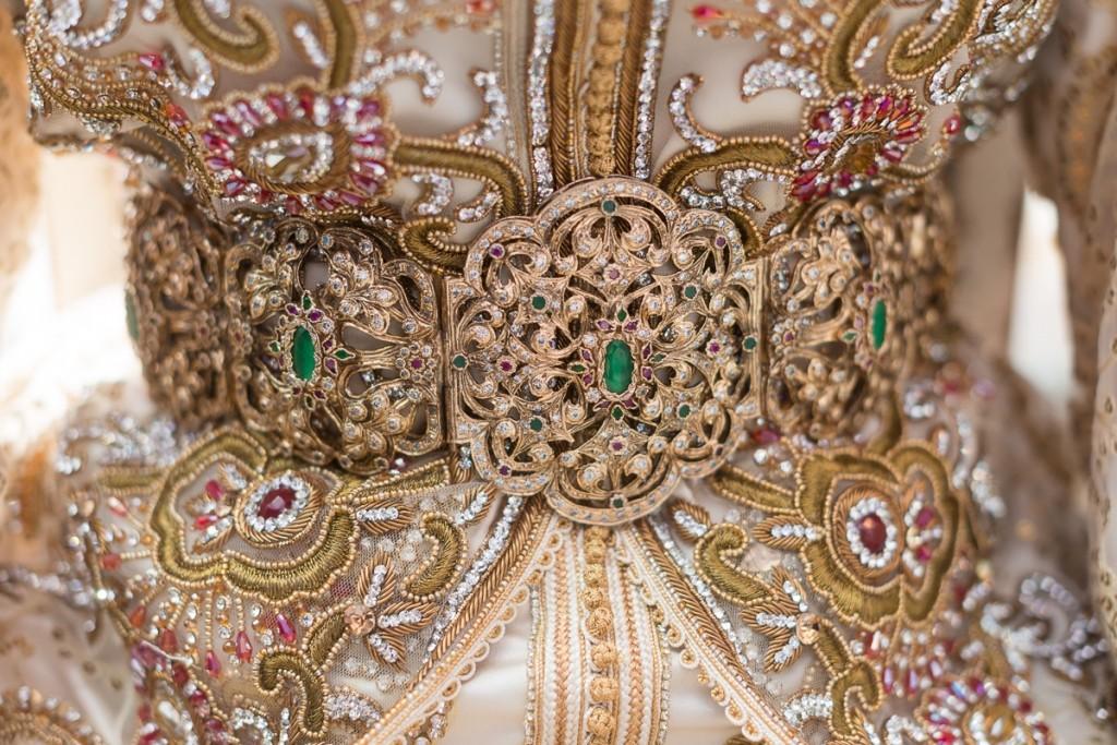 Cinturón de novia con segundo traje en boda musulmana en Sarao Jardines de Ceuta