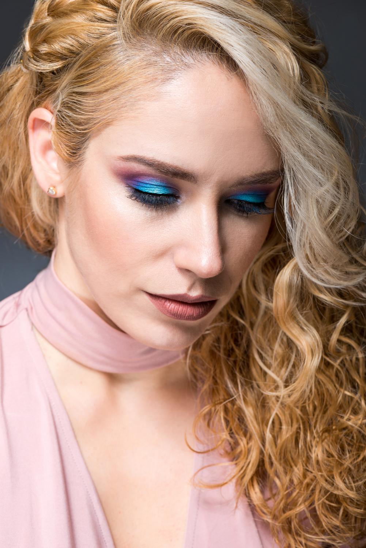 Retrato de la bloguera de Ceuta Patricia Patripaan con look de Julia's Place realizado por Sirin beauty makeup