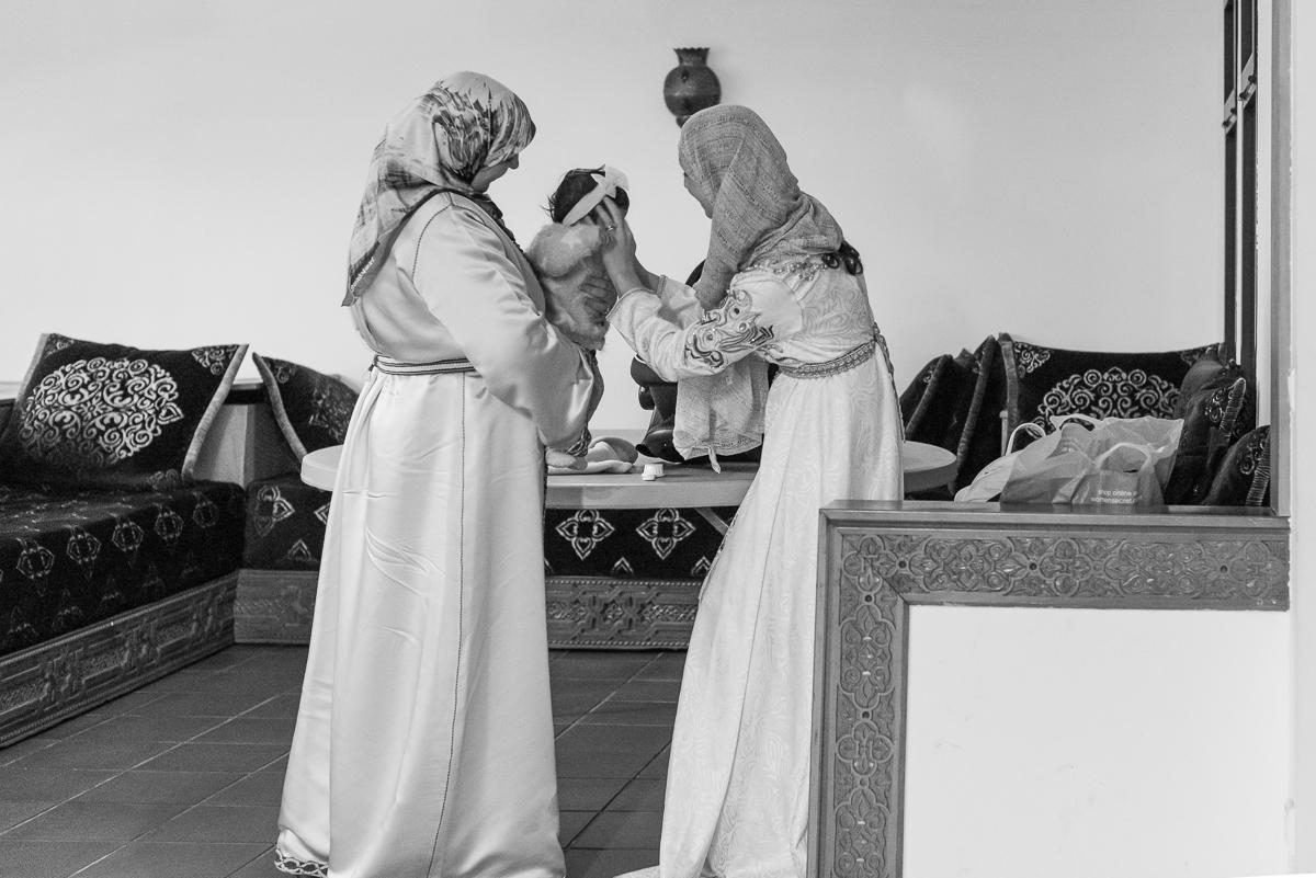 Invitadas de bautizo musulmán con lebsa de ceremonia
